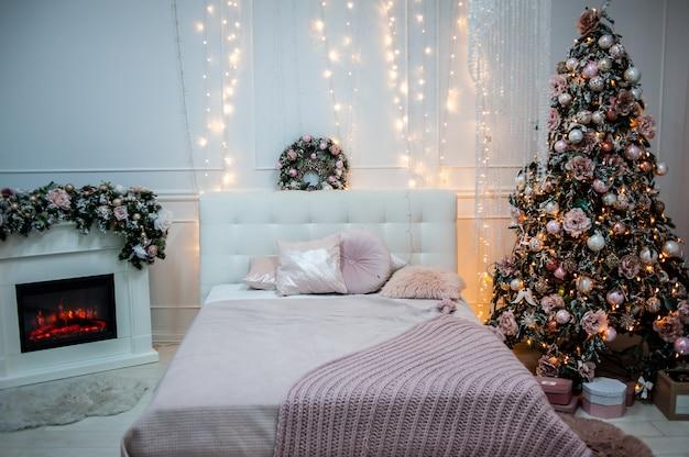 その下にプレゼントとクリスマスツリーの美しい装飾が施された部屋
