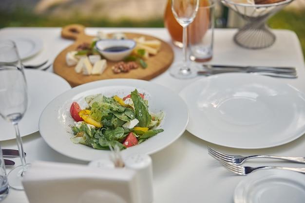 Красивое украшение обеденного стола с вкусной едой для счастливого клиента
