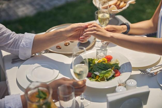 따뜻한 날씨와 함께 좋은 하루를 즐기는 로맨틱 커플 동안 아름다운 장식 휴일 테이블