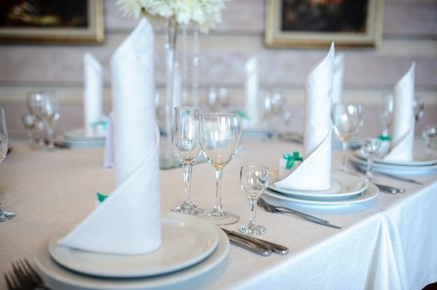 結婚式のためのテーブルの美しい装飾。
