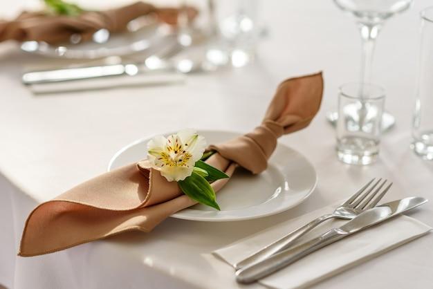 꽃집 장식으로 꽃과 녹지가있는 결혼식 휴가의 아름다운 장식. 결혼식 준비