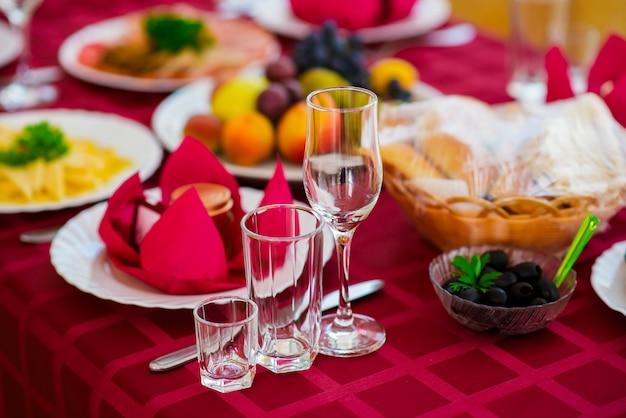 休日テーブルの上の美しい装飾。 Premium写真
