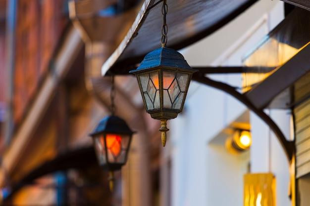 Красивые декоративные фонари на улице города. фото высокого качества