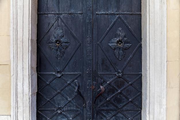 鉄の入り口の門の美しい装飾的な金属要素。