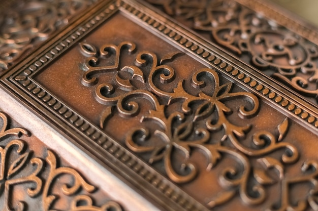 ヴィンテージの金属製の箱に美しい装飾模様。アンティークボックス、クローズアップ