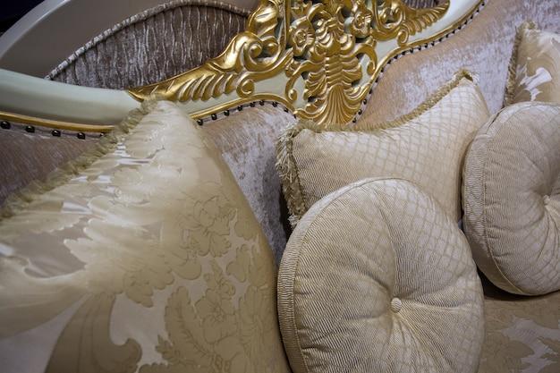소파에 아름다운 장식 베개, 클로즈업