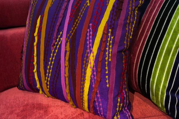 ソファの上の美しい装飾的な枕、クローズアップ