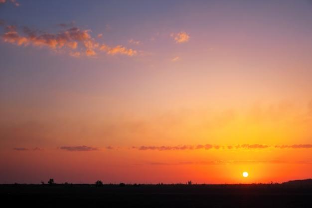 Красивое глубокое красочное небо с облаками на закате. концепция отпускного вечера