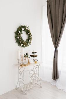 Красивый нежный декор на рождество или новый год в гостиной или столовой в светлых тонах