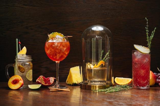 Красивые вкусные алкогольные коктейли на столе в ресторане. королевский пунш, аперольный шприц, старомодный и лимонад.