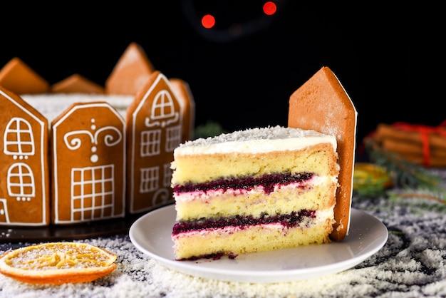 로즈마리와 오렌지 frips의 sprigs와 함께 아름 다운 맛있는 케이크.