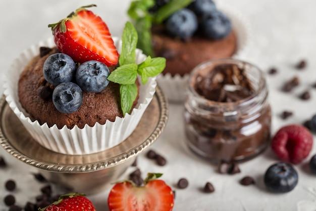 Bello e delizioso dessert sfocato al cioccolato
