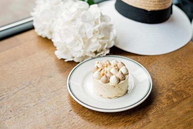 テーブルの上の美しいおいしいデザート。コーヒーショップやレストランで焼きたてのデザートをお楽しみください。少し甘い装飾的なケーキのクローズアップショット。ソフトセレクティブフォーカス。