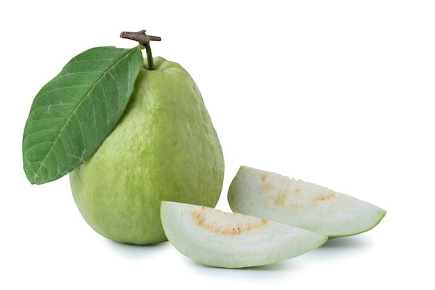 切り抜きパスで白い背景に分離された美しいおいしいグアバの果実。