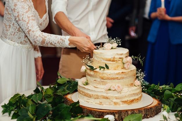 美しいおいしい白いウェディングケーキ