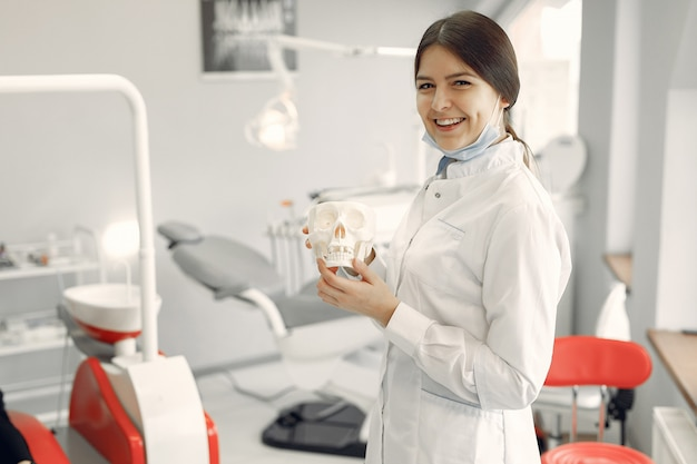歯科医院で働く美しい歯科医