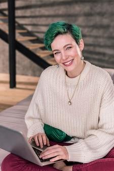 美しいデザイナー。美しい緑の瞳と満足感のある髪で有名なファッションデザイナー