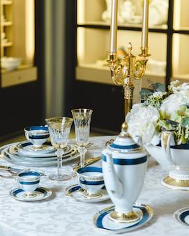 아름다운 접시 세트와 도금 촛대