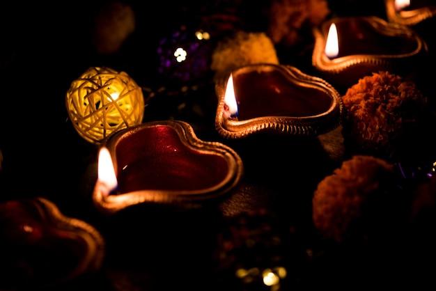 Красивые дивали дивали ночью с цветами, серией освещения и подарками, угрюмая сцена
