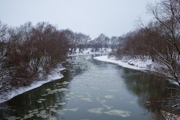 아름다운 dniester 강과 눈이 겨울 풍경