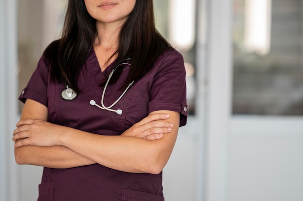 Красивый врач в униформе в больнице
