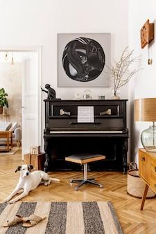 カーペットの上に横たわっている美しい犬。デザインブラックピアノ、家具、モックアップ絵画、植物、装飾、モダンな家の装飾のエレガントなアクセサリーを備えたリビングルームのスタイリッシュでレトロなインテリア。