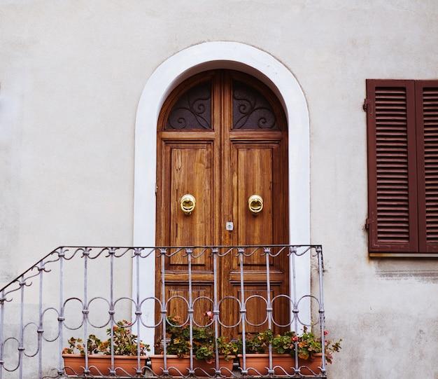 Красивая дверь и окно в италии