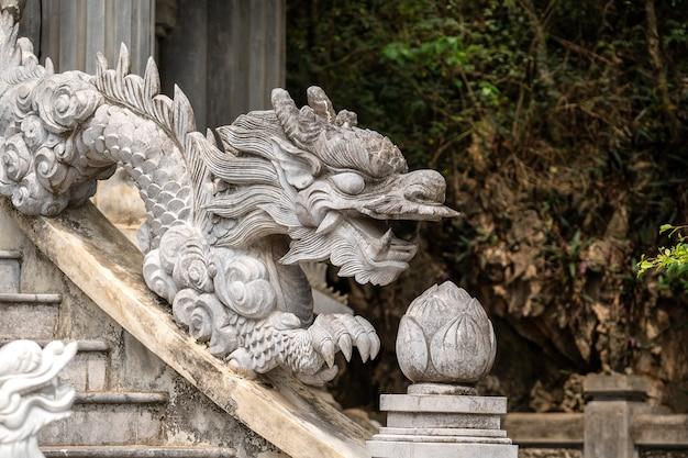 Красивая скульптура дракона в буддийском храме в trang an, ninh binh, вьетнам