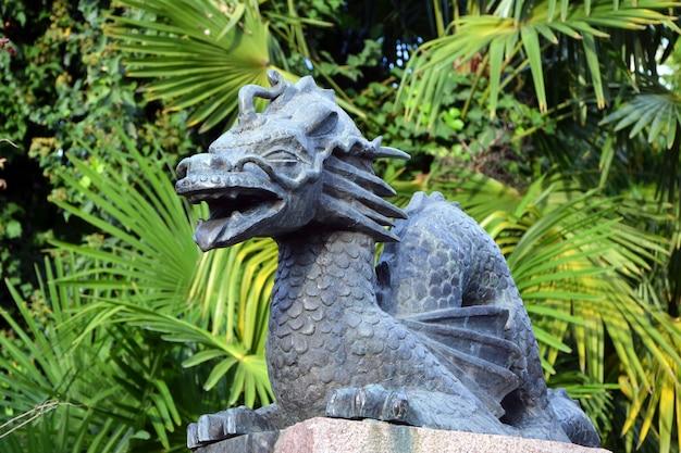 庭の美しい龍の像