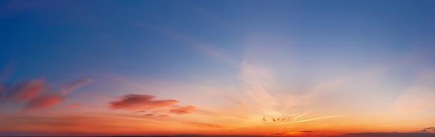 구름과 석양에 아름 다운 극적인 cloudscape입니다. 조감도.