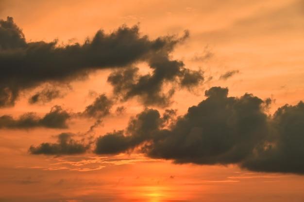 맑은 하늘 위에 솜털 구름, 낮은 각도보기와 아름 다운 극적인 오렌지 일몰 cloudscape