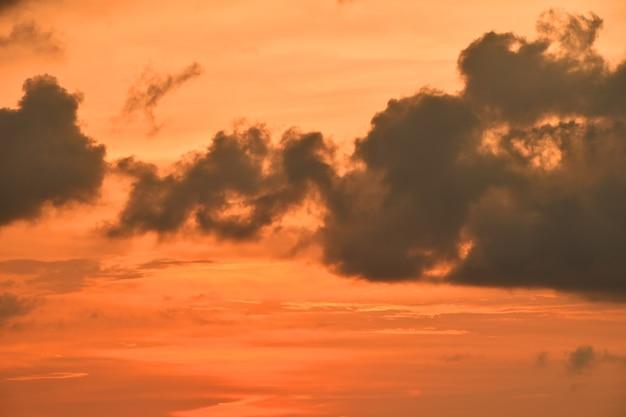맑은 하늘 위에 솜털 구름이 있는 아름다운 극적인 주황색 일몰 클라우드스케이프, 낮은 각도 보기