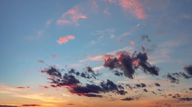 일몰에 구름과 아름 다운 극적인 하늘