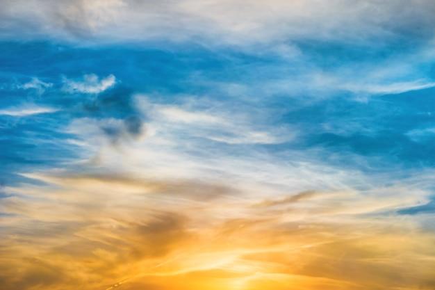 太陽と雲と美しい劇的な夕日