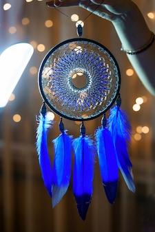 美しいドリームキャッチャー青いふわふわの羽