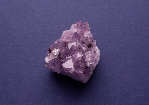 Красивая друза натурального фиолетового минерального аметиста на темной поверхности