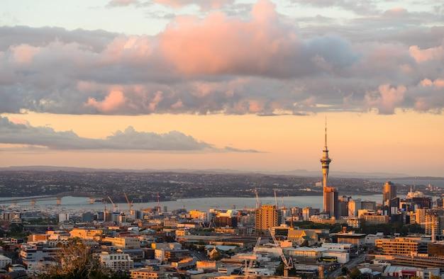 ニュージーランドのオークランドの美しい夕暮れシーンの街並みと高層ビル。