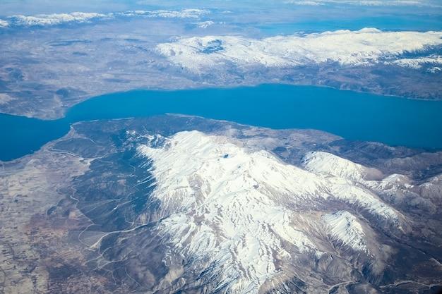 창 비행기에서 아름다운 지구와 바다