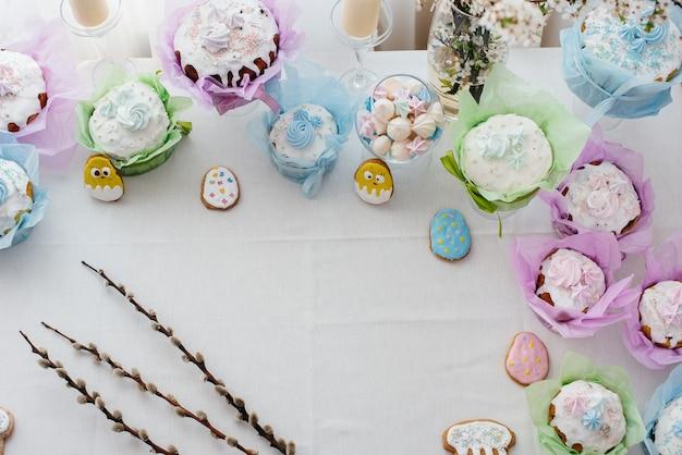 装飾されたライトテーブルの上の美しいイースターケーキ