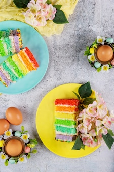 卵と花の美しいイースターケーキ。上面図。
