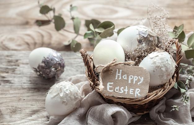 말린 된 꽃으로 장식 된 바구니에 아름 다운 부활절 달걀. 행복 한 부활절 개념입니다.
