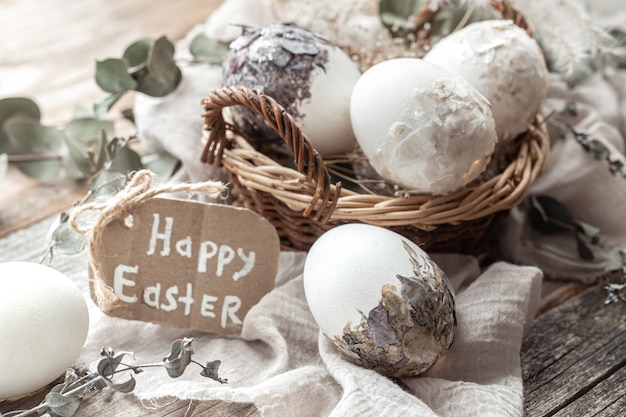 Красивые пасхальные яйца в корзине, украшенной засушенными цветами. счастливой пасхи концепции. Бесплатные Фотографии