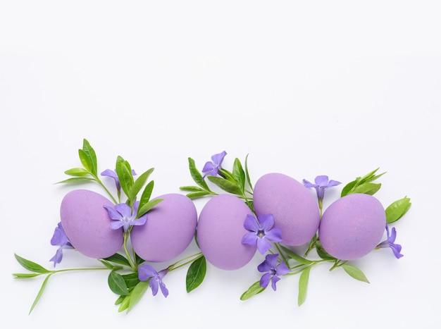 흰색 바탕에 아름 다운 부활절 달걀