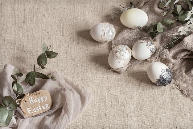 질감 된 직물에 흩어져있는 아름다운 부활절 달걀. 부활절 장식 개념입니다.