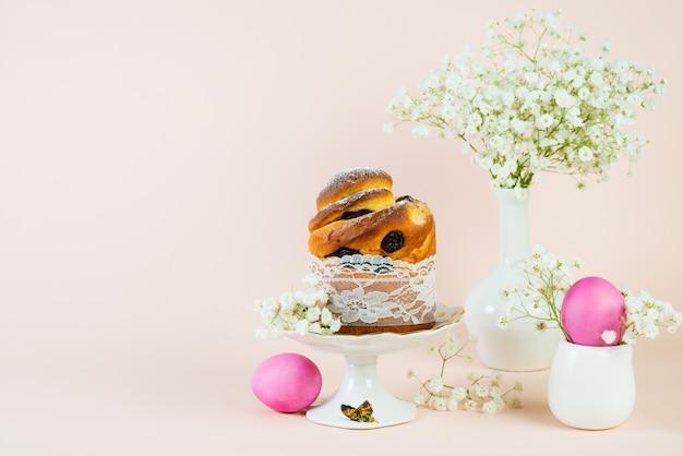 レースケーキと塗装卵のパステル調の背景に美しいイースターの休日の写真。