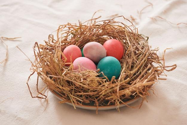 나무 배경, 부활절 날 개념에 짚으로 아름다운 부활절 멀티 컬러 달걀
