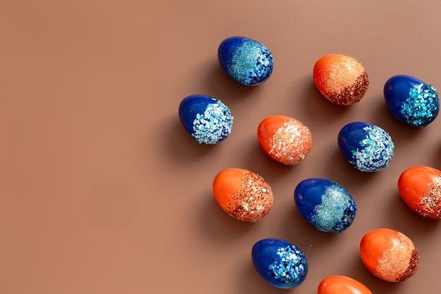 Belle uova decorative arancione e blu di pasqua.