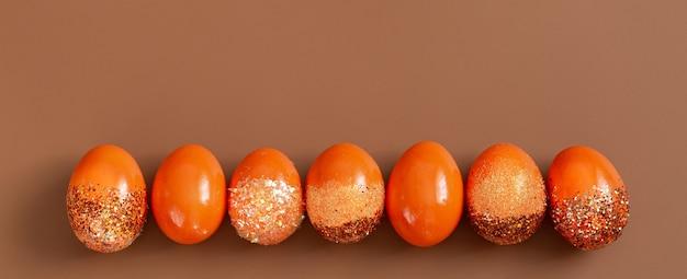 美しいイースターオレンジの装飾的な卵。