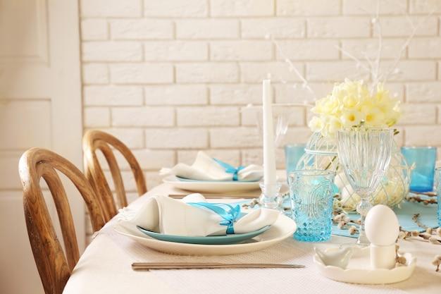 Красивая пасхальная сервировка стола с украшениями