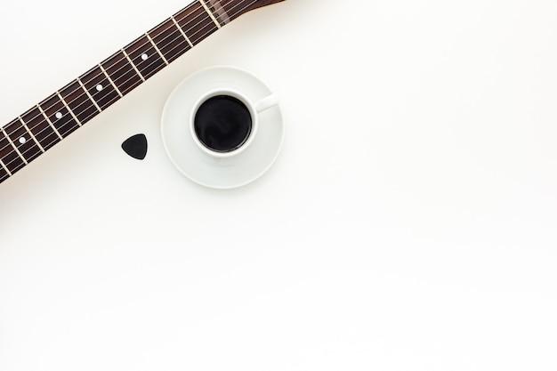 Красивая электрогитара и кофе